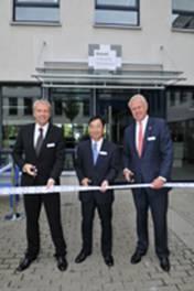 Henning Ohlsson, Geschäftsführer Epson Deutschland GmbH, Eiji Ide, President & CEO Epson Europe BV und Dieter Spindler, Bürgermeister von Meerbusch eröffnen das Epson Industry Solutions Center