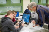 Der für die IT verantwortliche Lehrer Uwe Neffgen betrachtet mit zwei Schülern einen der ersten neu angeschafften WLAN-Access-Points. Fabian Altenrath (l.) und Philipp Herzog (m.) werden im Rahmen des Informatikkurses die neue Technik betreuen und einrichten