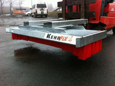 Die KehrFix Anbaublockbesen sind leicht an viele Fahrzeuge anzubringen