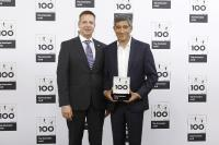 (invenio-Vorstand Kai F. Wißler nimmt die TOP 100-Auszeichnung von Ranga Yogeshwar, Mentor des Wettbewerbs, entgegen. Quelle: compamedia GmbH)