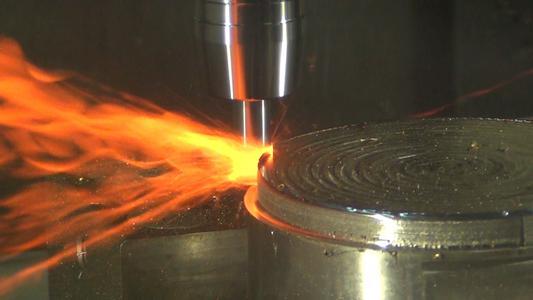 Keramik-Schaftfräser - extreme Wärmeerzeugung für hohes Zerspanvolumen.