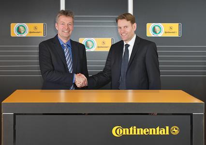 Nikolai Setzer (rechts), Mitglied des Continental-Vorstands und Leiter der Division Reifen, mit Denni Strich (links), Marketing-Direktor des DFB
