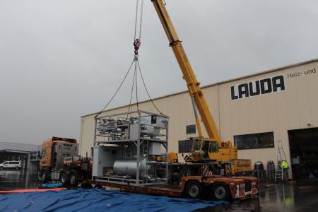 Tras la finalización satisfactoria de las primeras pruebas de funcionamiento y la recepción por parte del cliente en las instalaciones de LAUDA, el primer equipo de alta temperatura fue cargado para su transporte al cliente
