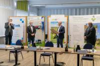 von links nach rechts: Marten Jensen (Geschäftsführer der GreenTEC Campus GmbH), Ralph Hirschberg (Niederlassungsleiter der EurA AG Schleswig-Holstein), Tobias Goldschmidt (Staatssekretär/MELUND), Burkhard Holder (Geschäftsführer VDE Renewables GmbH)