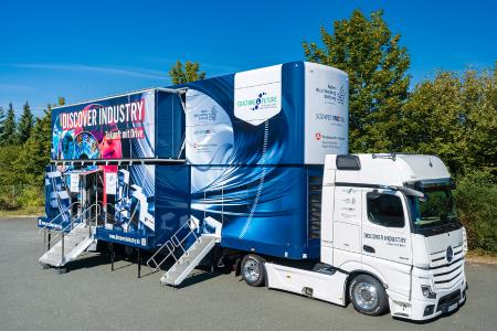 Mit einem Erlebnis-Lern-Truck oder Online-Workshops präsentiert DISCOVER INDUSTRY verschiedene Meilensteine im Produktentstehungsprozess. (c) Baden-Württemberg Stiftung gGmbH