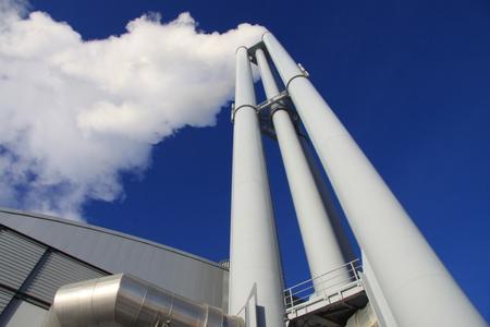 KWK-Anlagen wie das Heizkraftwerk in Hamburg tragen erheblich zum Klimaschutz bei, stehen aber u.a. angesichts der fallenden Strompreise vor wirtschaftlichen Herausforderungen. Das BMWi hat nun einen zweiten Referentenentwurf zur Förderung von hocheffizienten KWK-Anlagen (KWK-Gesetz) veröffentlicht. (Bild: Sven Petersen - Fotolia.com)