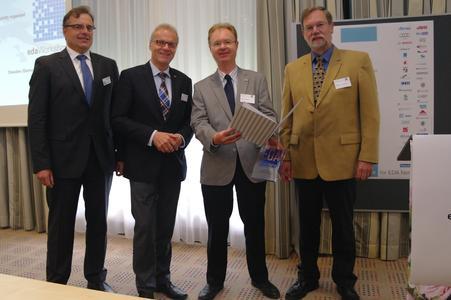 v.l.n.r.: Dr. Jürgen Haase und Prof. Dr. Wolfgang Nebel, Vorstandsmitglieder im edacentrum, Preisträger Prof. Dr. Ralf Sommer vom IMMS, Laudator Günter Kornmann, Intel