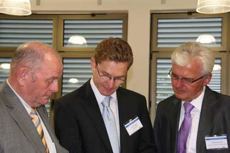Die Pausen zwischen den Vorträgen ließen Zeit für Fragen und Diskussionen. (v.l.) Helmut Peterseim, Martin Harnisch, Siegfried von Roth