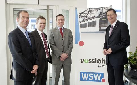 von links nach rechts: Oliver Völlinger (Vossloh Kiepe), Andreas Bunse (Vossloh Kiepe), Ulrich Jaeger (WSW), Peter Jung (OB Wuppertal) / Foto: Vossloh Kiepe