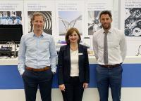 ASC und Althen schlossen nun einen Distributionsvertrag. Einig wurden sich Dr. Timo Hartmann (links), Geschäftsführer Althen GmbH, und Thijs Haselhoff, Managing Director Althen bv, mit Renate Bay, Geschäftsführende Gesellschafterin ASC GmbH, auf der Messe Sensor & Test in Nürnberg.
