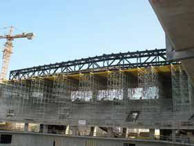 Zur Fertigmontage der über knapp 80 Meter spannenden Dachkonstruktion wurde die PERI UP Montageplattform im Innenbereich auf 14 Meter Breite erweitert(Foto: PERI GmbH)