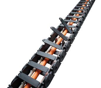 Die QUICKTRAX-Serie zeichnet sich durch Verschlussbügel mit flexiblem Filmscharnier aus, die ein einfaches Handling der Leitungsbelegung ermöglichen