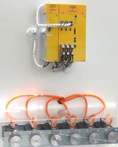 Der Mehrachsregler b maXX 5800 (oben) enthält bis zu sechs skalierbare Achsen und ist damit eine besonders kompakte Lösung für Maschinen mit mehreren Antrieben. Die neuen Servomotoren DSH1 (unten) sind speziell für Anwendungen mit höchstem Anspruch an Qualität und Laufruhe entwickelt worden und punkten mit einem nicht spürbaren Rastmoment