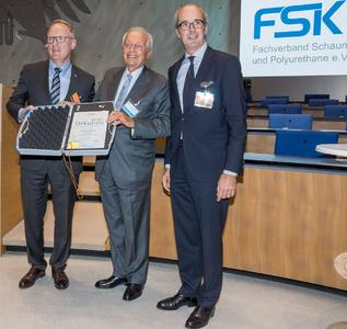 Dr. Marco Volpato (middle) was presented the Medal of Honour in gold by the Specialist Association Foam Plastics and Polyurethane. On the left is laudator and Vice Chairman of the FSK Jens-Jürgen Härtel, on the right is FSK Chairman of the Board Albrecht Manderscheid.