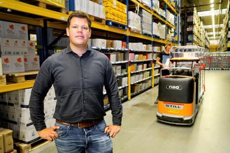 """""""Obwohl die Prozesse in unseren Vertriebszentren bereits weitestgehend optimiert sind, schauen wir nach weiteren  Verbesserungspotenzialen, wie zum Beispiel den Einsatz von autonomen Flurförderzeugen"""", erklärt Arjan Warmerdam, Projektleiter bei Detailresult Logistiek BV, Foto: STILL GmbH"""