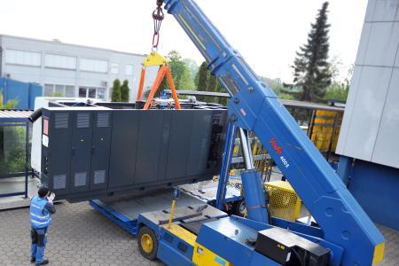 Beim Entladen der CNC-Maschinen wurde schweres Gerät eingesetzt.