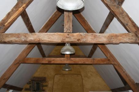 In weiten Teilen wird das Satteldach nach wie vor vom historischen Eichenholzgebälk getragen; wo statisch erforderlich, wurden alte Stäbe durch jüngere ersetzt. Foto: Achim Zielke