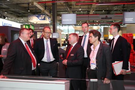 Am Montag begrüßte SEW-Geschäftsführer Udo Aull Ulrich Nußbaum, Staatssekretär im Bundesministerium für Wirtschaft und Energie, sowie Thilo Brodtmann, Hauptgeschäftsführer des VDMA e.V.