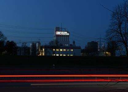 Blick auf den Pulverturm bei Abenddämmerung von der A42 aus südlicher Richtung