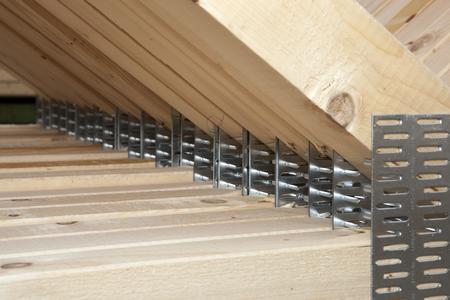 Zusammenhalt gesichert: Nagelplattenbinder eignen sich exzellent zur Erneuerung des Dachtragwerks betagter Häuser. GIN-Mitgliedsunternehmen berechnen die Statik der kompletten neuen Tragwerkskonstruktion und berücksichtigen dabei für den Gebäudestandort typische Lasten, die auf die Dachkonstruktion einwirken und über die Umfassungswände abgetragen werden müssen. ( Foto: GIN/Opitz, Ostfildern; http://www.nagelplatten.de )
