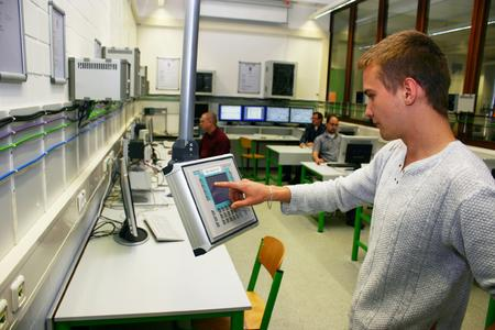"""Zur Ausrüstung des Laborbereichs """"Prozessleittechnik"""" der Hochschule Bochum hat Rittal Gehäusetechnik für die installierten Leitrechner, Steuerungen und Frequenzumrichter gesponsert"""