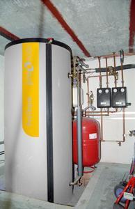 In einem 1.000 Liter fassenden Solar-Pufferspeicher wird die vom Pellet-Wohnraumofen erzeugte Heizwärme zusammen mit der von den Solarkollektoren gelieferten Sonnenenergie bevorratet.