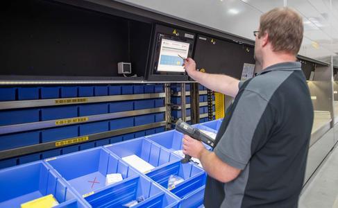 Per Laser-Pointer zeigt das System, welche Ware gepackt werden muss