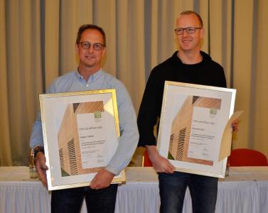 Neue Qualitäts-Koordinatoren: Holger Fröhlich (links) und Dominik Döll (rechts) wurden im Rahmen der Mitgliederversammlung zu DHV-zertifizierten Qualitäts-Koordinatoren (QKos) des ebenfalls zertifizierten Holzbauunternehmens Baumgarten ernannt. Foto: Achim Zielke für den DHV, Ostfildern; www.d-h-v.de