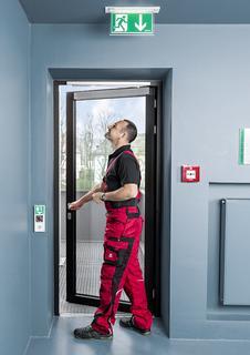 Einfacher Einbau mit dem Vorteil, dass es zu keiner wesentlichen Einschränkung der lichten Durchgangshöhe kommt / Foto: ASSA ABLOY Sicherheitstechnik GmbH