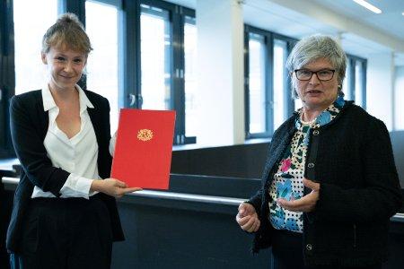 Prof. Dr. Jana Molle mit Rektorin Prof. Dr. Karin Luckey anlässlich der Übergabe der Ernennungsurkunde, Foto: Hochschule Bremen / Thomas Ferstl