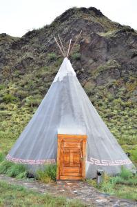 Zelt mit Vollholztür: Ein außergewöhnliches Unikat ist diese Kurzzeit-Unterkunft im Kulturzentrum Aldyn Bulak. Das hölzerne Entree erweist sich als solide gezimmert. (Foto: Achim Zielke).