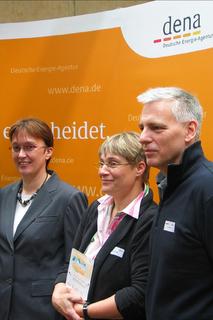 Mit einer STIEBEL-ELTRON-Wärmepumpe auf den ersten Platz beim dena-Wettbewerb in der Kategorie 'Wärmepumpe':Das Ehepaar Roswag-Dachmann aus Berlin.Hier bei der Siegerehrung zusammen mit der Parlamentarischen Staatssekretärin Astrid Klug (l)