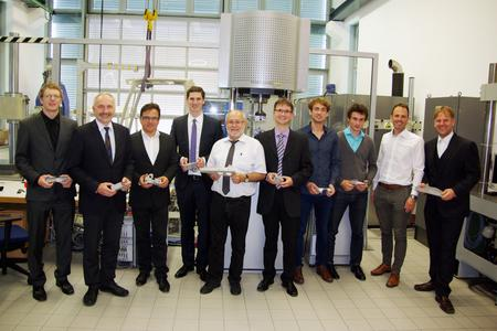 Die Vertreter der Projektpartner Dr.-Ing. Hans-Peter Vogt (Magnesium Flachprodukte GmbH, 3.v.l.), Prof. Dr.-Ing. Klaus Eigenfeld (Gießerei-Institut der TU Bergakademie Freiberg, 5.v.l.), Dr.-Ing. Boris Künkler (Adam Opel AG, 6.v.l.) mit Prof. Dr. Otto Huber (2.v.l.), Johannes Dallmeier (4.v.l.), Studierenden und weiteren LLK-Mitarbeitern sowie Marc Bicker vom Leichtbau-Cluster der Hochschule Landshut (2.v.r.) (Foto: Hochschule Landshut)
