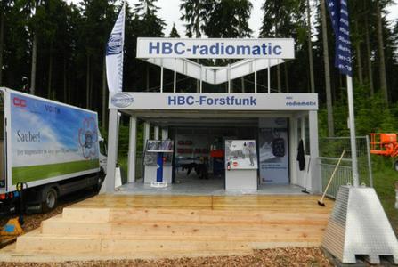 Der fertige Messestand mit Terrasse und Freitreppe von HBC-radiomatic.