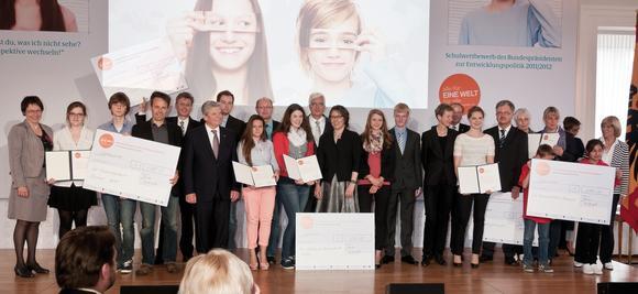 Hans-Georg Grahle von der BBS Handel (links hinter Bundespräsident Joachim Gauck) zusammen mit anderen Gewinnern bei der Preisverleihung im Schloss Bellevue.Bild:capito/Karstens