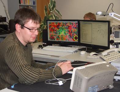 Bildunterschrift: Die Informationstechnik-Ingenieure von TQ-Systems Chemnitz entwickeln komplexe Elektronik für industrielle Anwendungen