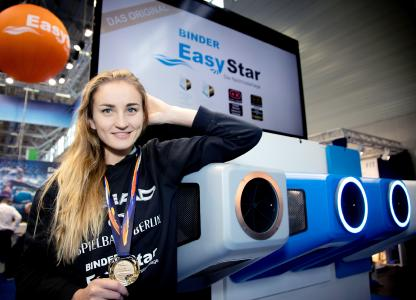Para-Schwimmweltmeisterin wird EasyStar Markenbotschafterin. Auf der Aquanale stellte sich Elena Krawzow der Turbinenpower von BINDER