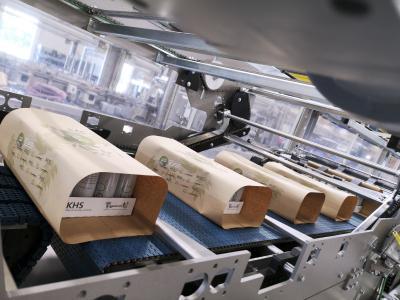Papierpacks können die Schrumpffolie oder den Wrap-Around-Karton als Transport- und Verkaufsverpackung für 12er- oder 24er-Gebinde ersetzen – im Hochleistungsbereich etwa mit einer Leistung von bis zu 90.000 Dosen pro Stunde.