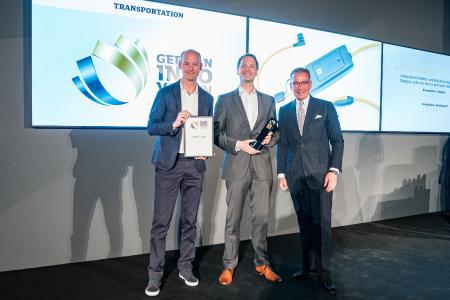 LAPP CEO Matthias Lapp und Sven von Boetticher, Inhaber von ID AID nehmen den German Innovation Award entgegen. Im Bild: Sven von Boetticher, Matthias Lapp und Andrej Kupetz, Hauptgeschäftsführer des Rat für Formgebung