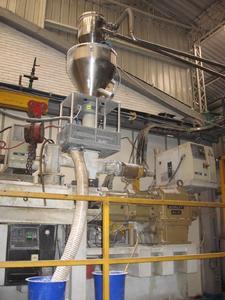 Fremdkörper-Separation in der Verpackungsmittelherstellung: Metall-Separator von Sesotec direkt in den Materialeinzug eines Folien-Extruders installiert.  (Foto Sesotec) -300dpi