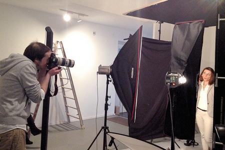 Fotograf und Model bei der Arbeit für die TimoCom-Kampagne