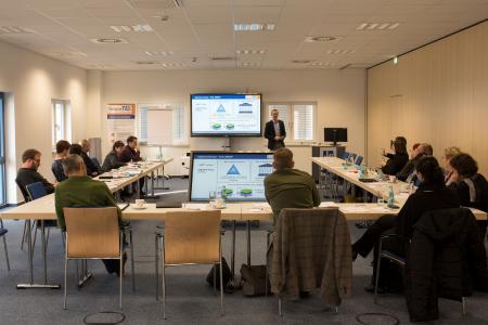 Maik Berthold, vom Fraunhofer-Institut für Arbeitswirtschaft und Organisation IAO Stuttgart, präsentiert seine Ergebnisse zum Thema BINDEN