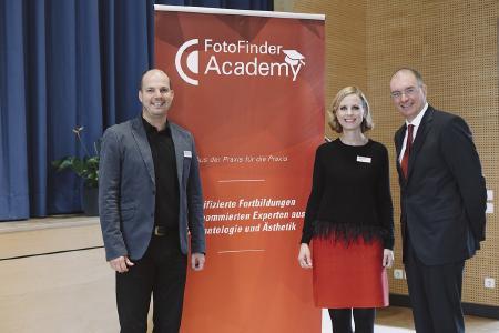 von links: Geschäftsführer Andreas Mayer, Marketingleiterin Kathrin Niemela und Referent Prof. Andreas Blum (Foto: © Fritz Bielmeier)