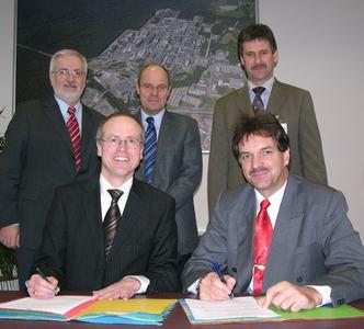 """Mit der Unterzeichnung eines """"Letter of Intent"""" bekunden Ferdinand Fiedler (vorne rechts), Aufsichtsratsvorsitzender der BioMa Energie AG und Vorstandsvorsitzender der Neue Vermögen AG, und Dr. Bernhard Langhammer, Geschäftsleiter der InfraServ Gendorf, d"""