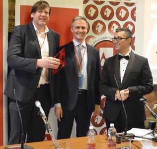 Bei der Preisverleihung: Martin Enenkel, Leiter Marketing und Vertrieb, vosla GmbH; Prof. Alessandro Deserti, Politecnico di Milano; Prof. Dr. Onur Mustak Cobanli, der Award Koordinator (von links), Foto: A'Design Award