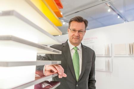 Blickt auf erfolgreiche Messetage in Bad Salzuflen zurück: Jürgen Werner, Mitglied der Gruppengeschäftsleitung und Bereichsleiter Möbel bei REHAU