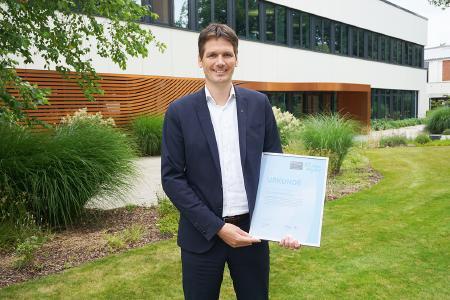Dr. Stephan Middelkamp, Zentralbereichsleiter Qualität und Technologien bei der HARTING Technologiegruppe, mit der Auszeichnung