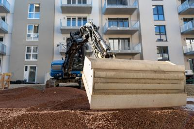 Thanks to the stable ZinCo system build-up with RSX 80, using diggers to apply the substrate is not a problem. Source: Straßen- und Tiefbau Urban GmbH