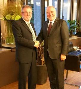 Manfred Band, Inhaber BMB Kabeltechnik und Peter M. Wöllner, Inhaber der CiS-Gruppe, anlässlich des notariellen Abschlusses des Kaufvertrags in Düsseldorf am 11.09.15