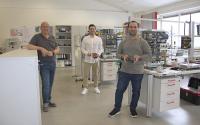 Gruppenbild Ausbilder Erich Rösner mit Auszubildende Noori Abdulhamad und Ahmad Altawil im Ausbildungszentrum in Hamlar.